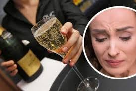 Ученые установили: нервным женщинам необходимо ежедневно пить шампанское