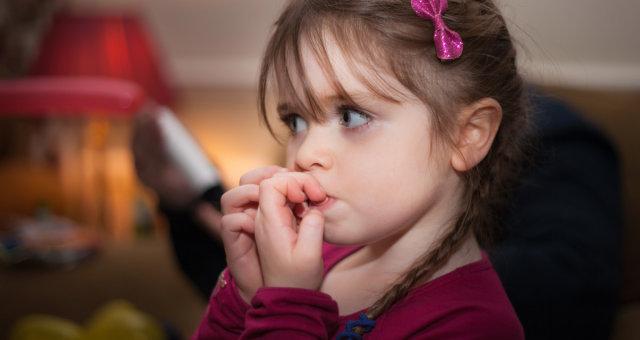 Ребенок грызет ногти: советы эксперта, как легко отучить малыша от ужасной привычки