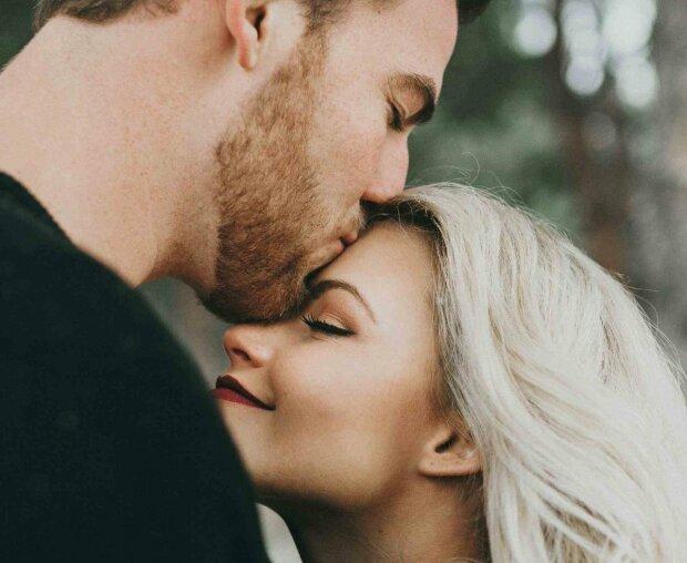 Ученые узнали, почему люди закрывают глаза во время поцелуя: удивительный феномен
