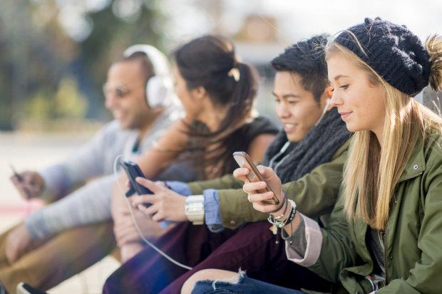 Психологи рассказали, как гаджеты влияют на психику и развитие подростков