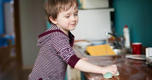 Научить ребенка убирать за собой без слез и истерик: советы психолога