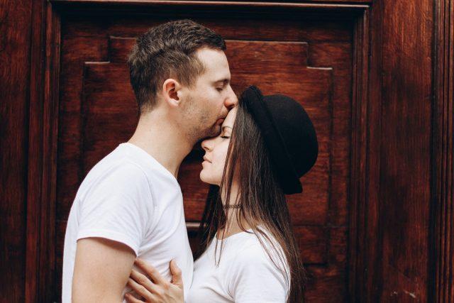 6 способов, как мужчина выражает свои чувства, не говоря ни слова