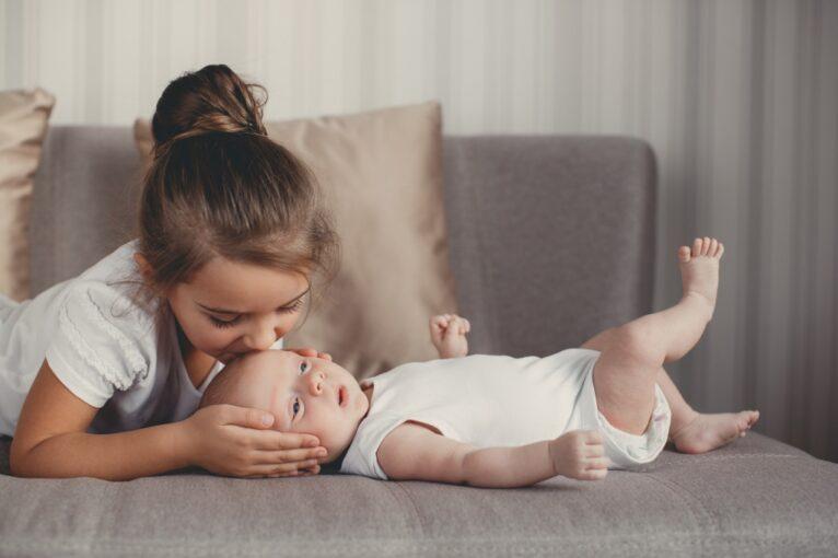 Почему нельзя заставлять старшего ребенка ухаживать за младшими